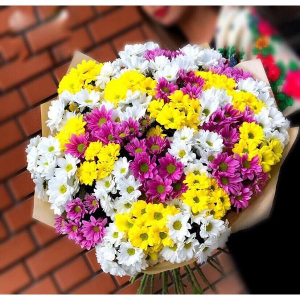 Букет из разноцветных кустовых хризантем